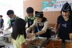 18일 가재울초등학교에서 열린 희망이음밥차 지역아동센터전국연합회 서울지부 체육대회 식사봉사에서 봉사자들이 배식을 하고 있다