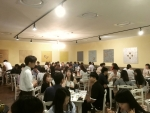 행사에 참가한 참가자들이 남녀 2:2로 미팅을 하고 있다