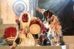 전통 북 '나마하게'를 연주하는 민속 도깨비 공연을 오가 온천에서 즐길 수 있다.