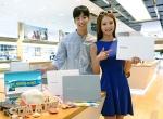 삼성전자 모델이 노트북 9 메탈 제품과 함께 PC 썸머 아카데미 행사를 소개하고 있다