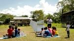 콜롬비아 아마존 밀림에 위치한 따라뽀토 지역의 아이들이 삼성전자 스마트 스쿨 노마드를 이용해 수업을 받고 있다