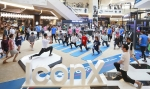 소비자들이 기어 아이콘X와 기어 핏2를 직접 착용하고 트랙 그래픽과 다양한 운동 기구로 꾸며진 트렌디한 피트니스 공간에서 다양한 운동을 즐기며 제품의 혁신 기능을 직접 체험하고 있다