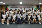 한국청소년연맹 한기호 총재와 희망사과나무 장학생들이 기념사진촬영을 하고 있다