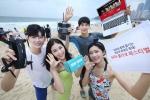 KT의 모델들이 해운대에서 GiGA 콜라보 페스티벌 개최를 홍보하고 있다