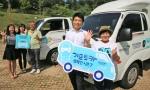 기프트카 시즌6를 통해 창업지원을 받아 성공적으로 점포를 운영중인 서창석 씨(왼쪽 세번째)와 김경빈 씨(오른쪽 첫번째)가 현대차그룹 및 초록우산 어린이재단 직원들과 함께 시즌7의 성공을 응원하고 있다