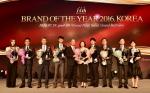 하나투어 이장연 전무(오른쪽 세번째)가 올해의 브랜드대상 수상 후 기념촬영에 임하고 있다