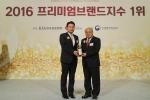 신한카드 손병관 브랜드전략본부장이 상패를 수상하고 있다