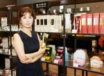 여성들을 위한 놀이터 샵에이지가 22일 그랜드 오픈한다. 샵에이지 조혜경 대표가 댕기머리 자담화 제품을 들어보이고 있다.