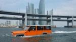 23일부터 부산 수영강 요트타운에서 시승 이벤트를 진행하는 수륙양용 SUV 차량이 광안리 바다를 운행하고 있다