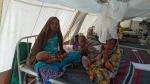 영양실조 치료식 센터에서 아이들을 돌보고 있는 한 엄마