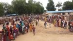 바마 캠프에서 검진을 받기 위해 줄 서 있는 사람들, 바마 캠프 내 피난민은 대략 1만명에서 1만2000명으로 추정된다