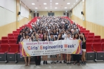 Girls Engineering Week(GEW)-지금은 공학 소녀시대' 에 참여한 학생들이 기념촬영을 하고 있다