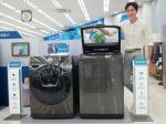 삼성전자 모델이 3일 삼성 디지털프라자 수원본점에서 블랙 캐비어 색상의 액티브워시와 애드워시 신제품을 소개하고 있다