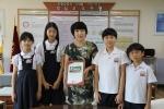 사랑의 동전 모으기 캠페인에 참여한 경인교대부설초등학교 이명분 교장선생님과 전교학생회장단에 나눔증서 전달
