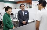 박근혜 대통령이 5일 오후 2시 서울 강남구 역삼로에 위치한 신한은행 스마트워킹센터를 방문해 신한은행 조용병 은행장(가운데)과 유연근무제로 근무하고 있는 신한은행 직원(오른쪽)과 함께 이야기를 나누는 모습