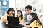 부트캠프에서 삼성전자 임직원 멘토가 소프트웨어 알고리즘에 대해 학생들에게 멘토링을 하고 있다