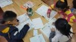 희망이음에서 지원한 2016 초등학교 1학기 단원평가 학습지를 제공받은 대전 구암지역아동센터 아이들이 학습지로 공부를 하고 있다