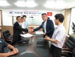 양해각서 체결 후 지엠아이그룹 이성준 대표와 베트남 PALO사 띤꽝 히엔 회장이 악수를 하고 있다