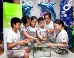 한국애브비가 개최한 제 6회 패밀리 사이언스데이에 참가한 어린이들이 직접 만든 물고기 배를 물에 띄워보고있다