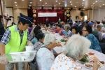 16일 강화군노인복지관에서 진행된 사랑 나눔 건강한 여름나기 식사봉사 현장에서 어르신들이 식사를 드시고 있다