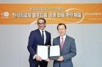 먼디파마 이머징마켓 라만 싱 회장(좌)과 안국약품 어진 부회장(우)이 천식치료제 플루티폼에 대한 공동판매 협약을 체결했다