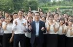 지난 19일 조용병 신한은행장(앞줄 정가운데)과 신입행원들이 경기도 기흥소재 신한은행 연수원에서 기념촬영을 하고 있는 모습이다