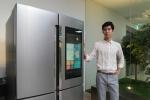 삼성전자 모델이 21일 삼성전자 수원사업장 생활가전동 프리미엄하우스에서 삼성 패밀리 허브 신제품을 소개하고 있다