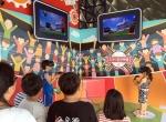 '티움 모바일'을 방문한 제주 관내 초등학생들이 VR 기기를 착용한 채 가상공간에서 투수와 홈런배틀을 벌이고 있는 모습이다