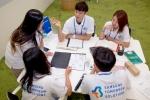 삼성전자 임직원들이 21일 삼성 투모로우 솔루션 (Samsung Tomorrow Solutions)결선 진출 20팀과 함께 사회 혁신을 위해 머리를 맞댔다