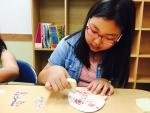 박주은(청옥초5) 학생가 접착제가 묻은 스펀지를 이용하여 냅킨 조각을 부채에 붙이고 있다
