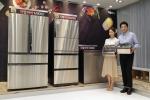삼성전자 모델들이 25일 태평로 삼성본관 1층 삼성모바일스토어 태평로점에서 프리미엄 김치냉장고 2017년형 지펠아삭 M9000 등 신제품을 소개하고 있다
