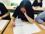 최지혜 학생이 성격유형검사지를 진지하게 읽어보고 있다