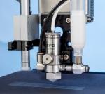 """노드슨 EFD의 새로운 781미니 스프레이 밸브, 1 mm (0.04"""") 폭의 일정한 폭으로 종전보다 더욱 세밀하고 균일한 스프레이 패턴이 가능하다."""