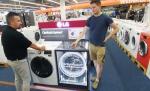 독일 베를린 시내의 가전매장을 찾은 고객들이 저진동, 고효율을 구현한 센텀 시스템을 적용한 드럼세탁기를 둘러보고 있다