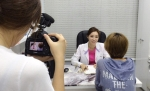 SBS 모닝와이드에서 치과의사 정유미 원장이 환자와 상담 중이다