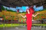 IFA걸이 시티큐브 베를린 전시장에서 퀀텀닷 기술을 채용해 밝고 선명한 색상을 즐길 수 있는             퀀텀닷 SUHD TV를 소개하고 있다