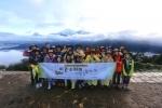 네팔 푼힐 정상에서 단체 사진을 촬영하고 있다