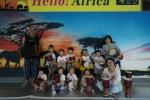 함양문화예술회관 헬로우 아프리카 제험전에서 어린이들이 젬베체험 교실을 마친후 단체사진을 찍고 있다