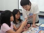 청소년 경제교실에서 청소년을 교육하는 푸르덴셜 임직원