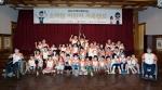 소아암 어린이 가족캠프에 참가한 어린이들이 배우 고아라와 함께 단체사진을 촬영하고 있다