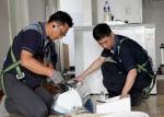삼성전자로지텍 임직원이 소아암 어린이 가정을 방문하여 에어컨을 설치하고 있다.