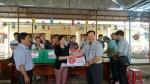 아동 의류 및 학용품을 전달하고 있는 한국청소년연맹 한기호 총재