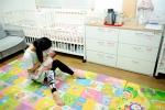 베이비박스 자원봉사자와 보호 중인 아기