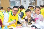 S-OIL 오스만 알 감디 CEO는 임직원 100여명과 함께 8일 마포구 성산동 이대성산종합사회복지관에서 '사랑의 송편나누기' 자원봉사를 열고 지역 내 저소득가정 800세대에 송편과 추석 선물을 전달했다