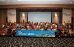SC제일은행 임직원과 자녀들이 '슈퍼 히어로의 하루' 행사 중 단체사진을 촬영하고 있다