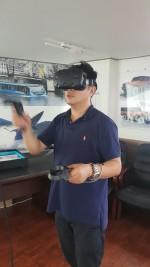 GMI 기기로 가상현실을 체험 중이다
