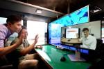20일 SK텔레콤 분당사옥 주변에서 SK텔레콤 연구원과 삼성전자 연구원들이 밀리미터파 5G 시스템과 연동한 Full HD급 영상통화 및 UHD 스트리밍 서비스를 동시에 이동환경에서 시연하고 있다