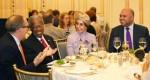암환자 친구의 아미라 빈카람(Ameera Binkaram) 회장이 알 세위디, 조지 앨런 경과 함께 있다