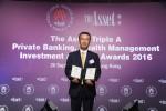 20일 홍콩 포시즌호텔에서 열린 '디 에셋 트리플 에이 어워즈 2016' 에서 신한은행 홍콩지점 신유식 지점장이 대한민국 최우수 자산관리 은행 최우수 PB 은행부문을 동시 수상한 후 기념촬영을 하고 있는 모습이다