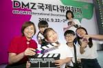DMZ 기가스쿨 초등학생들이 제작한 단편영화 통일에 관한 짧은 필름 촬영을 마치고 KT IT 서포터즈와 함께 기념 촬영을 하고 있다